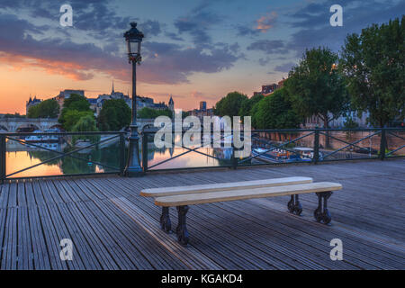 Lever du soleil sur Paris, France avec pont des arts et de la seine. skyline colorés avec des nuages. Banque D'Images