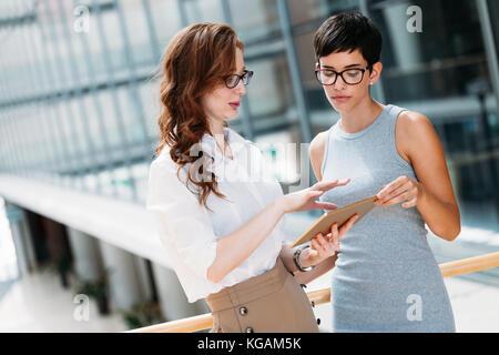 Portrait de deux jeunes femmes d'attrayants en conversation sur pause Banque D'Images