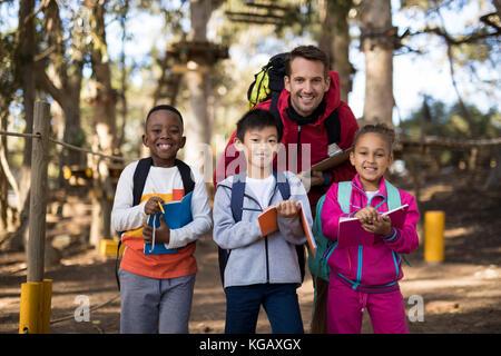 Portrait de l'enseignant et les enfants dans le parc Banque D'Images