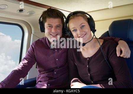 Couple en vacances prenant tour en hélicoptère Banque D'Images