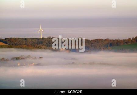 Lewes, East Sussex. 6 novembre 2017. Une mer de brouillard entoure la turbine de vent au-dessus de Glyndebourne Opera House, East Sussex, sur une lumineuse tièdes mais commencer à la semaine. © Peter Cripps/Alamy Live News