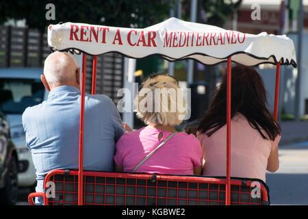La conduite de la famille une voiture à pédale, Mallorca, Espagne