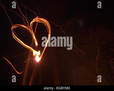 Coeur rougeoyant dans le noir