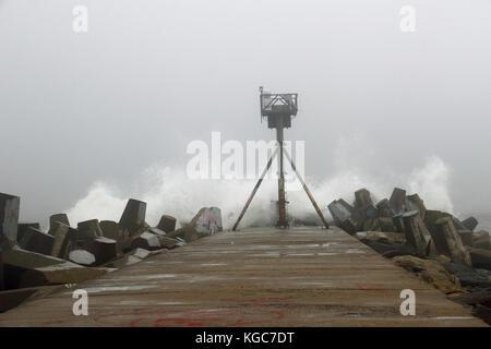 Cette balise de navigation est d'autant plus importants sur ce orageux, jour brumeux comme il guide les bateaux Banque D'Images