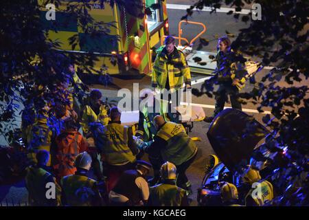 Les services d'urgence assister à un accident de la circulation entre une moto et une voiture dans le nord de Londres. Photo par Michael Walter/Troïka