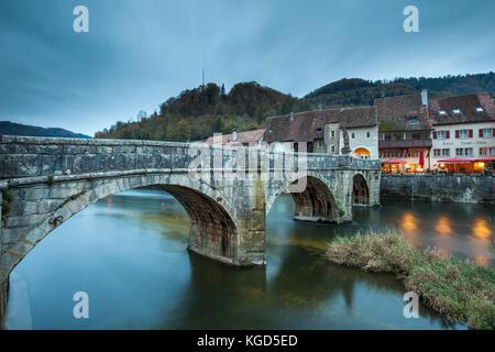 Soirée au pont médiéval de st ursanne. Banque D'Images
