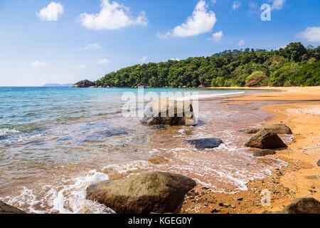 Cadre idyllique plage vide dans l'île de tioman en mer de Chine du sud en Malaisie lors d'une journée ensoleillée Banque D'Images