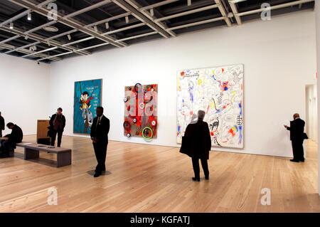 New York, États-Unis. 07Th Nov, 2017. Les visiteurs qui cherchent à le travail de l'artiste Américaine Laura Owens Banque D'Images
