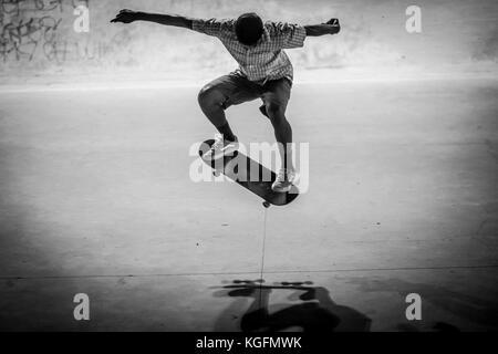 Patineur indiennes faisant un tour dans un skatepark à Bangalore. Banque D'Images