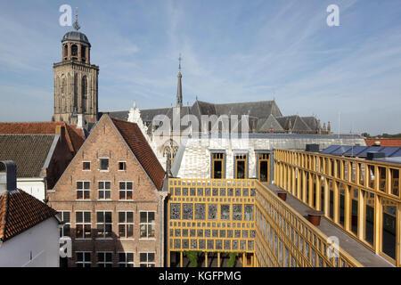 Vue depuis la passerelle sur le toit au-dessus des toits vers Grote Kerkhof. L'Hôtel de ville de Deventer, Deventer, Banque D'Images