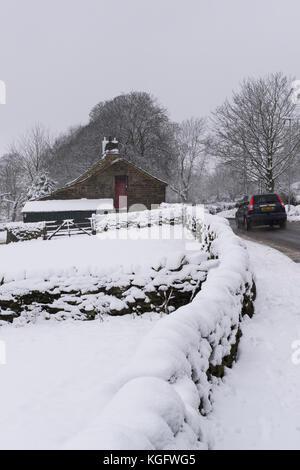Scène d'hiver avec la neige qui tombe et une voiture se déplaçant le long de calme, chemin de campagne, passant Banque D'Images