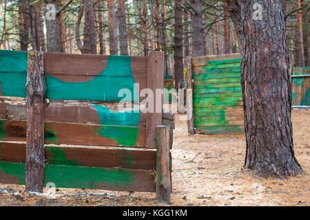 Un terrain de paintball dans la forêt d'automne. Banque D'Images