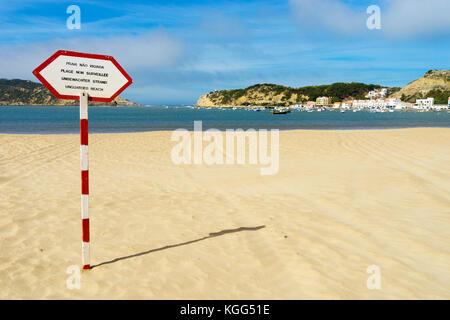 Plage non surveillée signer en quatre langues sur post rouge et blanc sur la plage de São Martinho do Porto, Côte d'Argent, Portugal, Octobre 2017