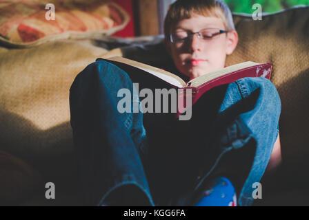 10-11 ans la lecture d'un livre Banque D'Images