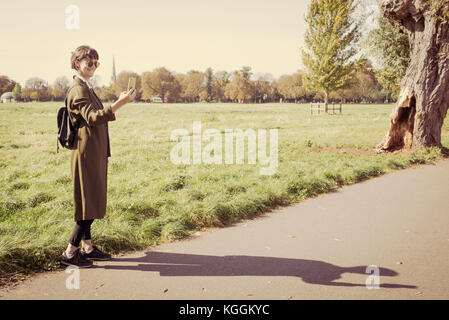 eea262c6ae Tourné sur un Orient; Jeune femme habillées de longues vert olive foncé  couche légère, petit sac à dos en