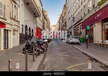 Paris, France, 31 mars 2017: vue typique de la rue parisienne. L'architecture et l'emblème de paris Banque D'Images