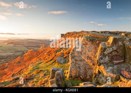 Coucher de soleil sur Curbar Edge, parc national de Peak District, Derbyshire, Angleterre Banque D'Images