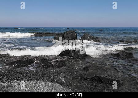Vagues se brisant sur les rochers à une plage de pomos, Chypre. photo aux tons noir et blanc Banque D'Images