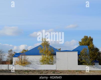 L'immeuble avec garage et bleu métal-plastique en toiture en tôle ondulée Banque D'Images
