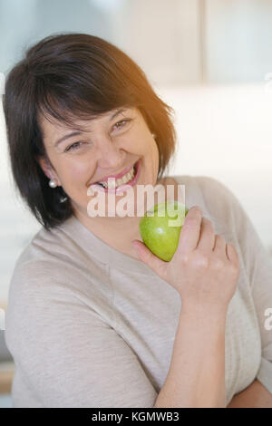 Young woman eating apple Banque D'Images