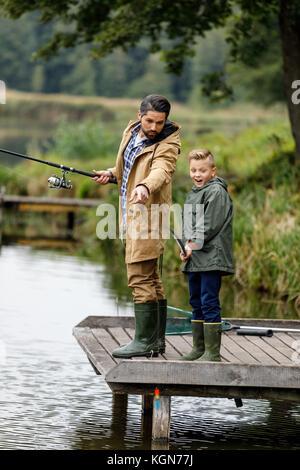 Père et fils de pêche sur le lac Banque D'Images