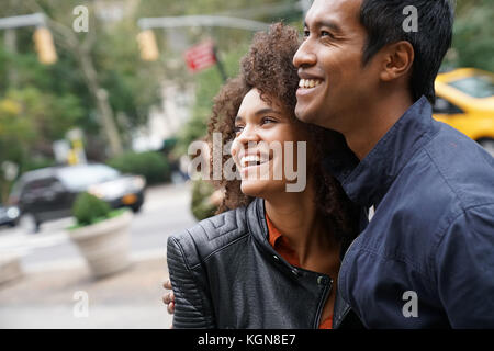 Ethnic couple walking in new york city street Banque D'Images