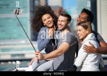 Groupe d'amis prenant photo selfies, manhattan en arrière-plan Banque D'Images