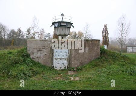 Hötensleben, Allemagne. Nov 9, 2017. d'une ancienne tour de garde-frontières de la RDA à la frontière memorial hötensleben. Banque D'Images