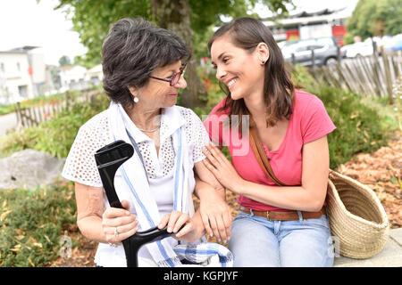 Les femmes handicapées et les personnes chargées d'en passer du temps ensemble Banque D'Images