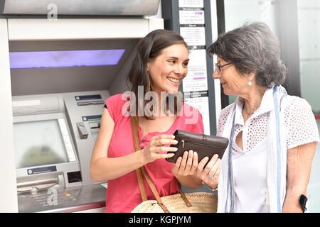 Accueil soignant et femme handicapée à percevoir de l'argent à partir de la Banque mondiale