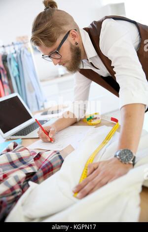 Fashion designer in workshop Banque D'Images