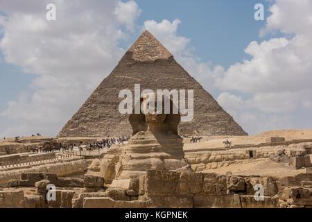 Grand sphinx devant la pyramide de Gizeh sur khafré plateau à l'extérieur du Caire, Égypte. Banque D'Images