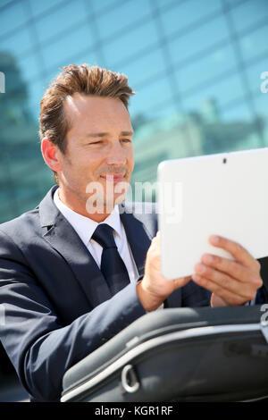 A l'extérieur du bureau et à l'aide de tablet Banque D'Images