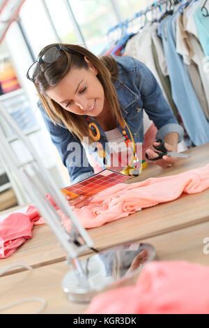 Fashion designer tissu coupe sur table de couture Banque D'Images