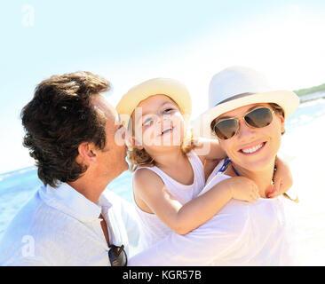 Portrait de famille heureuse à la plage Banque D'Images