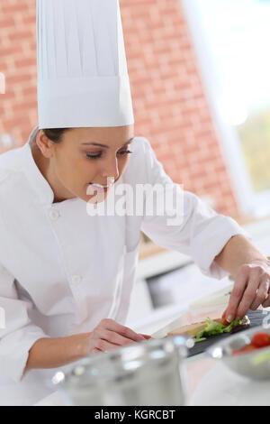 Smiling cook préparer apéritif Banque D'Images