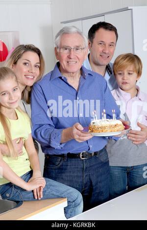 Célébrer l'anniversaire de grand-père de famille Banque D'Images
