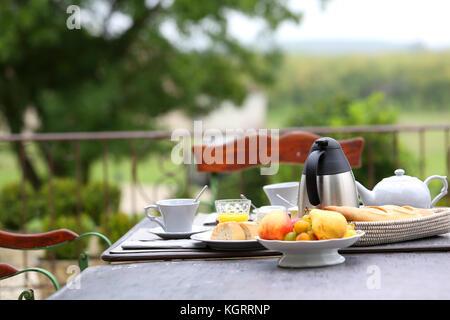 Petit-déjeuner français traditionnel en hôtel de charme Banque D'Images