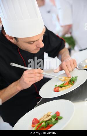 Chef dans une cuisine de restaurant la préparation lave Banque D'Images