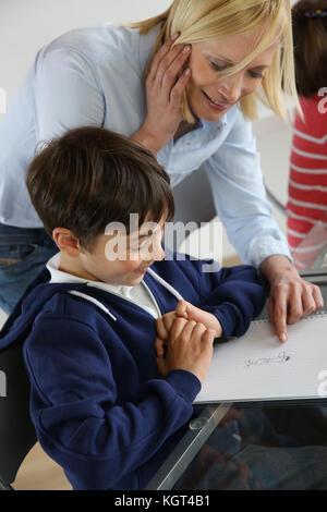Avec l'enseignant en classe pour enfants