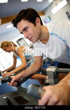 Man exercising on location de salle de remise en forme Banque D'Images