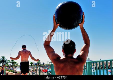Alpes-maritimes (06), menton. jeunes hommes faisant du bodybuilding //france, alpes-maritimes (06), menton. Les Banque D'Images