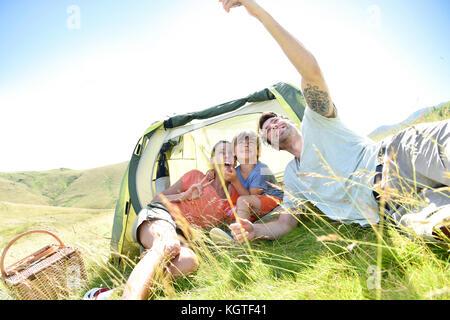 Prendre la famille en camping photo selfies Banque D'Images