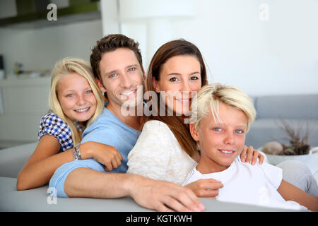 Portrait de famille dans le canapé relaxant Banque D'Images
