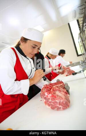 Les étudiants en cours de formation boucherie Banque D'Images