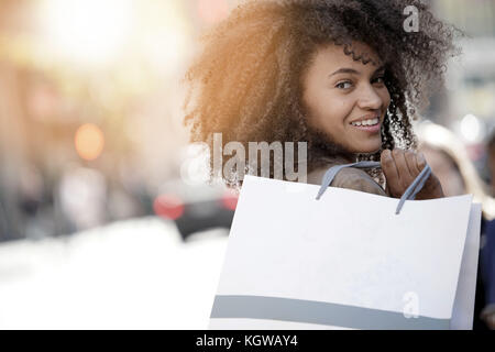 Cheerful girl faire du shopping à new york city Banque D'Images