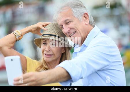 Couple de touristes de prendre photo avec smartphone Banque D'Images