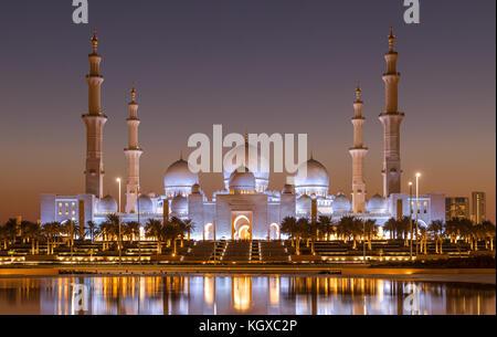 Sheik Zayed Mosque in Abu Dhabi après le coucher du soleil Banque D'Images