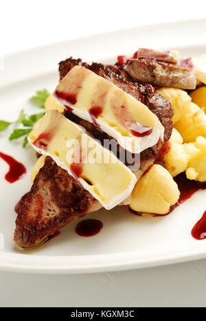 La viande rôtie sur la plaque avec fromage brie Banque D'Images