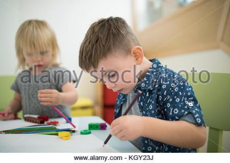 Tout-petit frère et sœur dessin avec crayons de couleur Banque D'Images